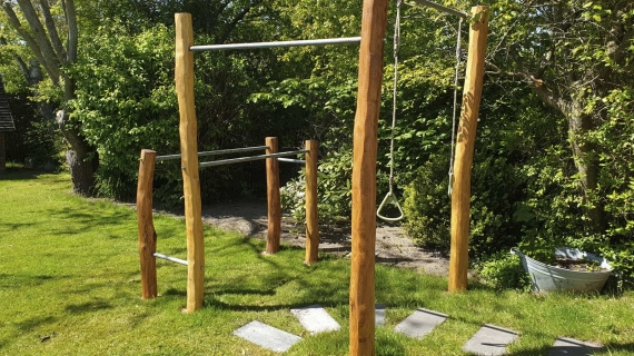 udendørs træningsstativ med robiniestolper og galvaniserede rør